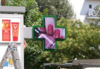 Ο Νέος Ηλεκτρονικός Σταυρός LED σε Φαρμακείο!